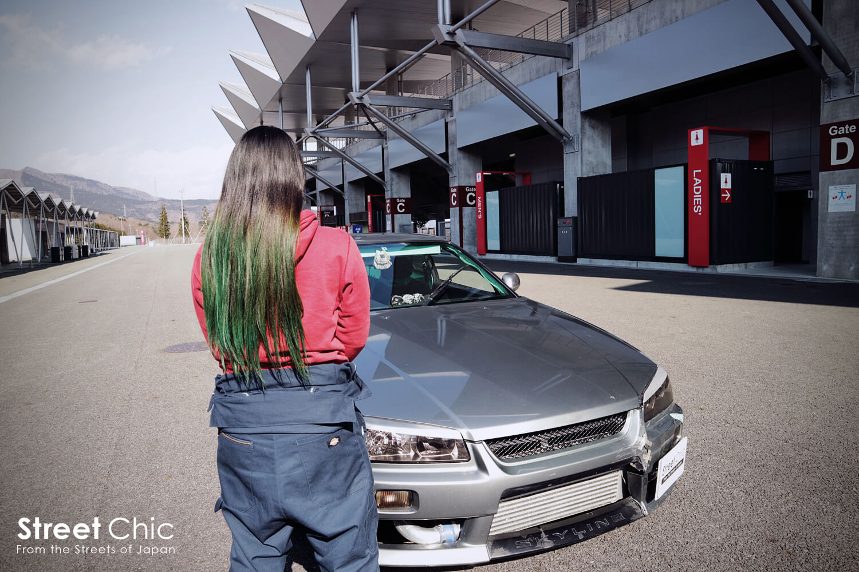 女性のドリフトドライバー