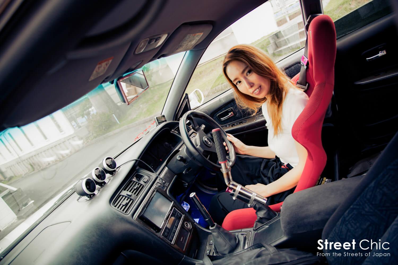 JZX100チェイサーでドリフトする、女性ドライバー