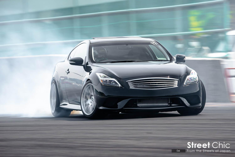 白煙をあげて車高短マシンがドリフトする裏ドリドレ2021の様子